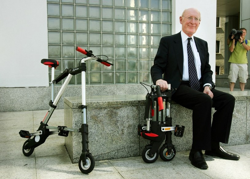 Rok 2006. Sir Clive Sinclair prezentuje składany rower A-Bike /AFP