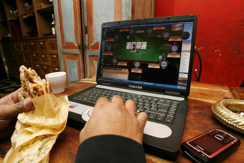 Rok 2007. Gracz uzależniony od rozgrywek pokera online /East News