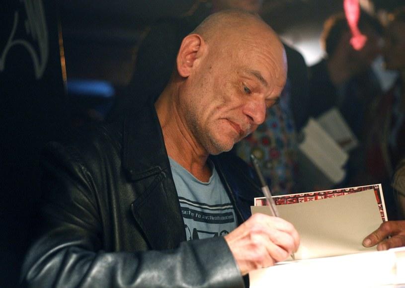 Rok 2012. Robert Brylewski składa autograf na swojej autobiografii /Adam Guz/Reporter /East News