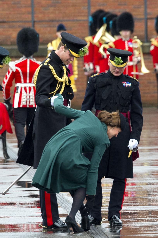 Rok 2013, Dzień Św. Patryka. Obcas ciężarnej księżnej utknął w szczelinie kratki. Przed upadkiem uratował Kate jej mąż. /Getty Images