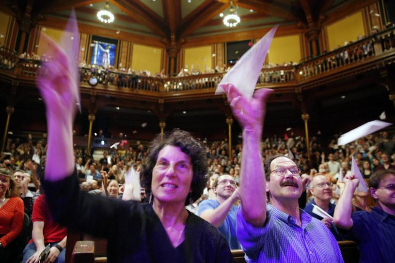 Rok 2016. Publiczność rzucająca papierowe samolociki na scenę /East News