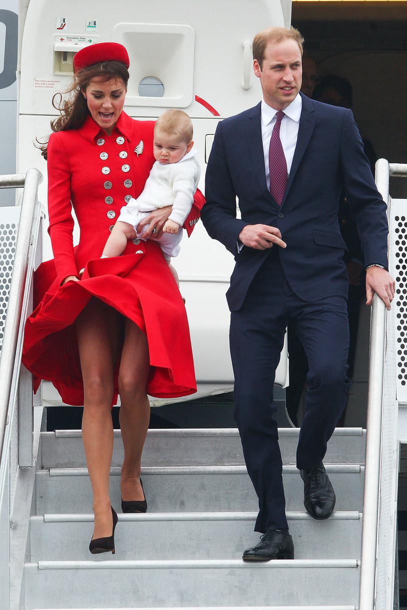 Rok 2017, Nowa Zelandia. Podstępny wiatr odsłonił zgrabne nogi księżnej, która często wybiera rozkloszowane sukienki. /Getty Images