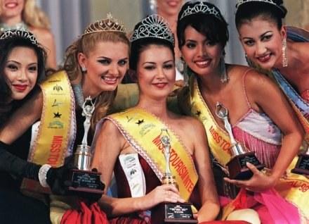 Roksana Jonek (w środku) po zdobyciu tytułu Miss Tourism International. /AFP