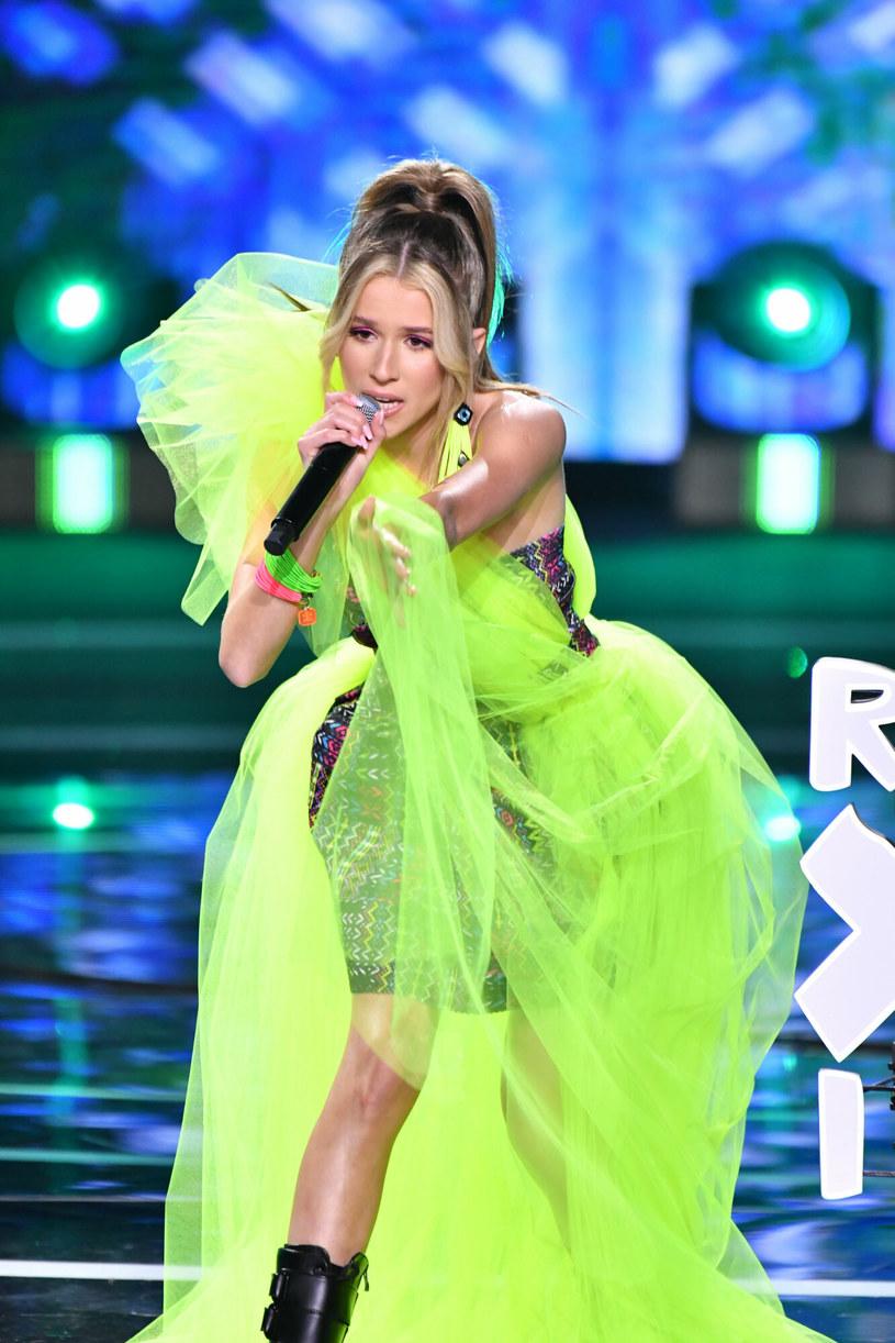 """Roksana """"Roxie"""" Węgiel tym razem była w centrum uwagi, ponieważ zestawiła ze sobą żółty tiul i ciężkie buty /Wojciech Strozyk/ /Reporter"""