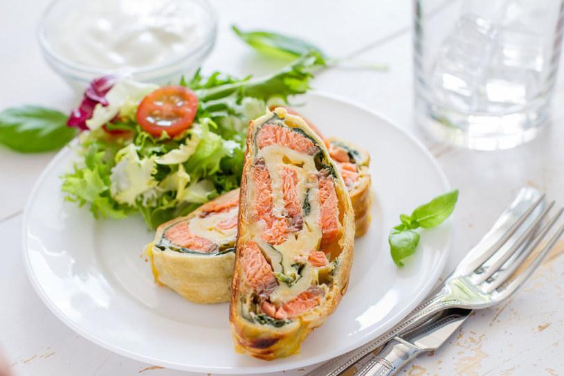 Rolada omletowa z lososiem /123RF/PICSEL