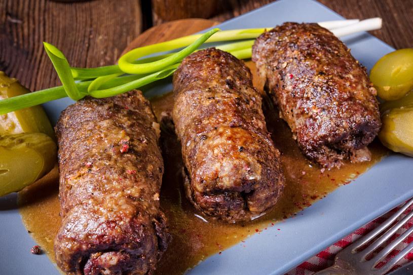 Roladki wołowe idealnie sprawdzą się na weekendowy obiad /123RF/PICSEL