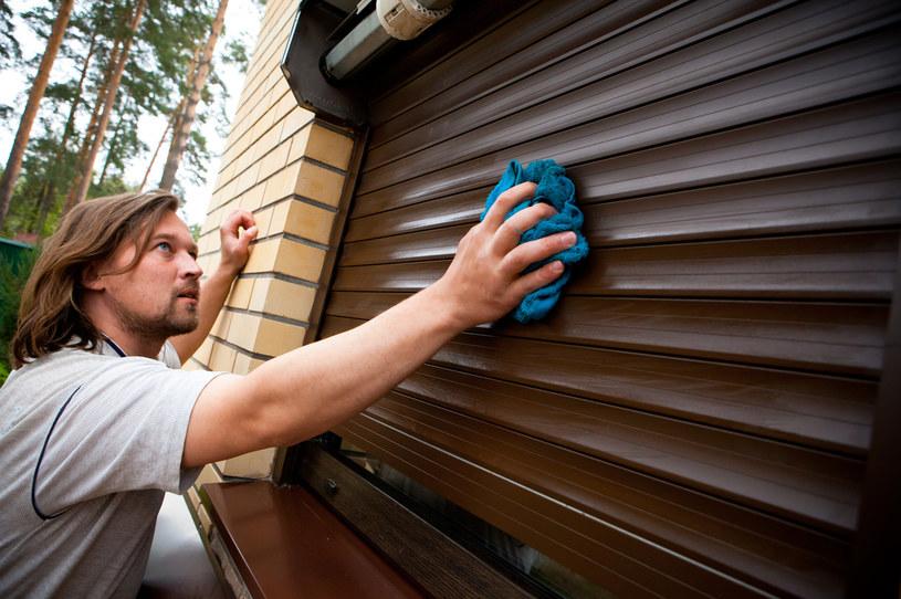 Rolety należy opuszczać nie tylko wtedy, kiedy chcemy je umyć. To podstawa utrzymania bezpieczeństwa /123RF/PICSEL