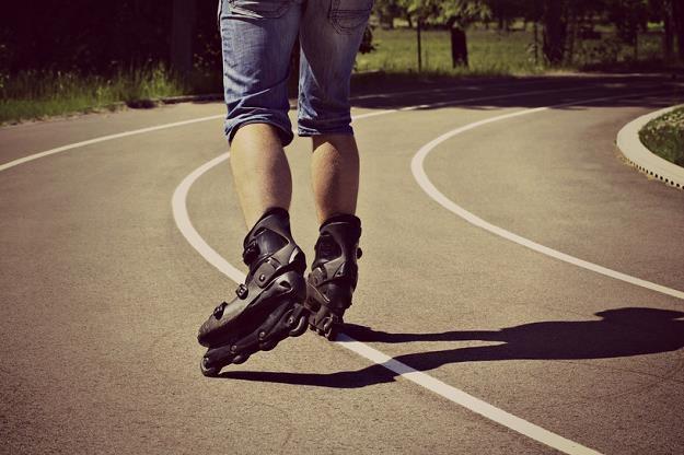 Rolkarz, który porusza się pasem dla rowerów lub ulicą może dostać mandat w wysokości 50 zł /©123RF/PICSEL