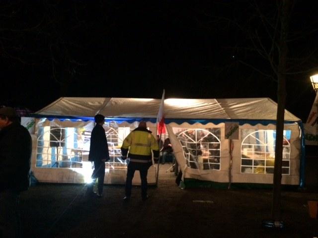 Rolnicy protestujący przed KPRM przygotowują się do spędzenia tam nocy /Magdalena Gawlik /RMF FM