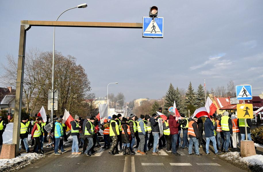 Rolnicy z AGROunii blokują przejście na ulicy 3-go Maja w Jarosławiu /Darek Delmanowicz /PAP