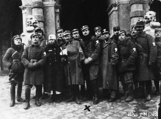 Roman Abraham przed kwaterą własnych oddziałów w Ratuszu Miejskim w dniu zdobycia Lwowa z rąk ukraińskich, 22 listopada 1918 r. /Danuta Łomaczewska /East News