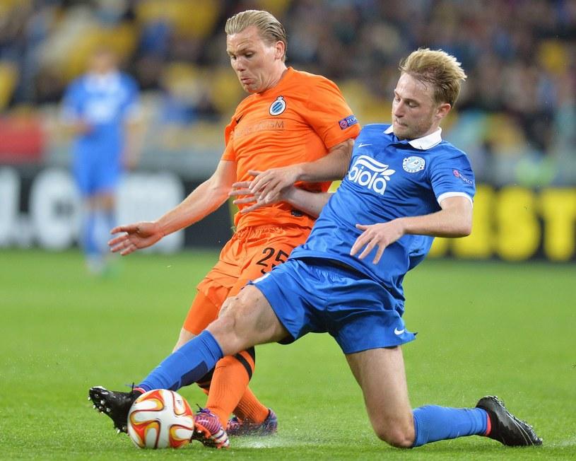 Roman Bezus (z prawej) podczas meczu Ligi Europejskiej z Clubem Brugge /AFP
