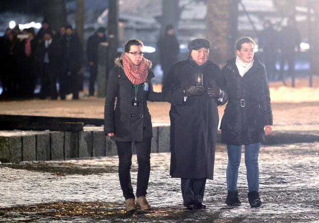 Roman Kent w drodze pod pomnik ofiar /PAP/Andrzej Grygiel    /PAP