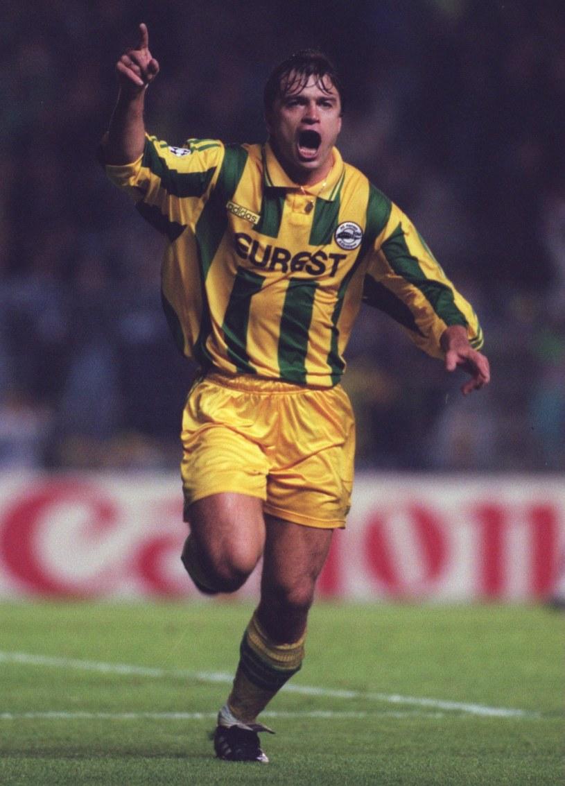 Roman Kosecki w barwach Nantes cieszy się z gola w Lidze Mistrzów /Gary M. Prior /Getty Images