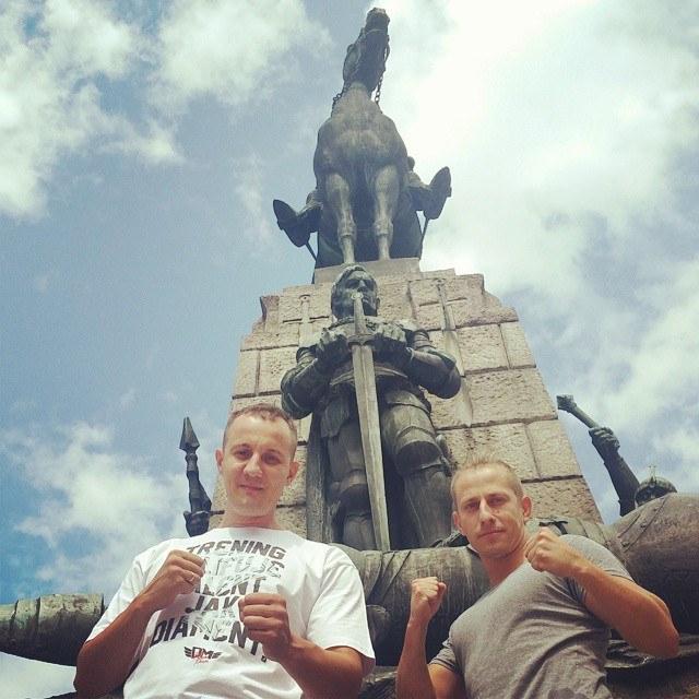 Roman Lachowolski (z lewej) i mistrz świata w tajskim boksie Rafał Simonides, Fot: facebook.com/DRUZYNAMISTRZOW /INTERIA.PL