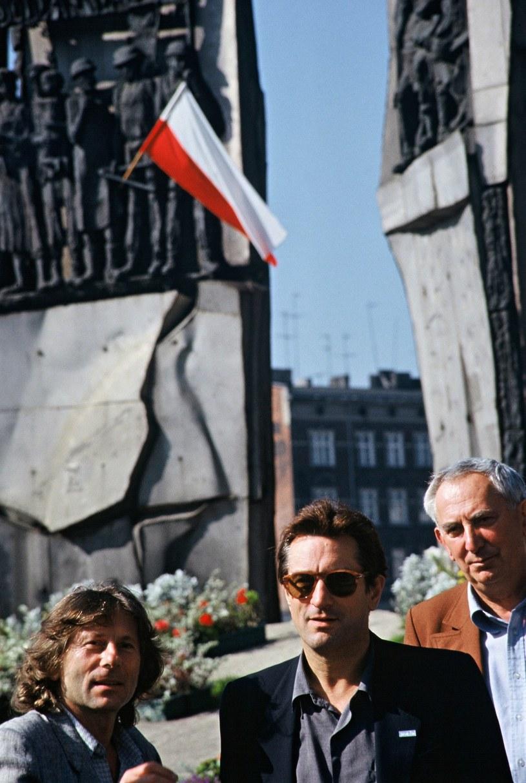 Roman Polański, Robert De Niro i Gustaw Holoubek pod Pomnikiem Poległych Stoczniowców /Wojtek Laski /East News