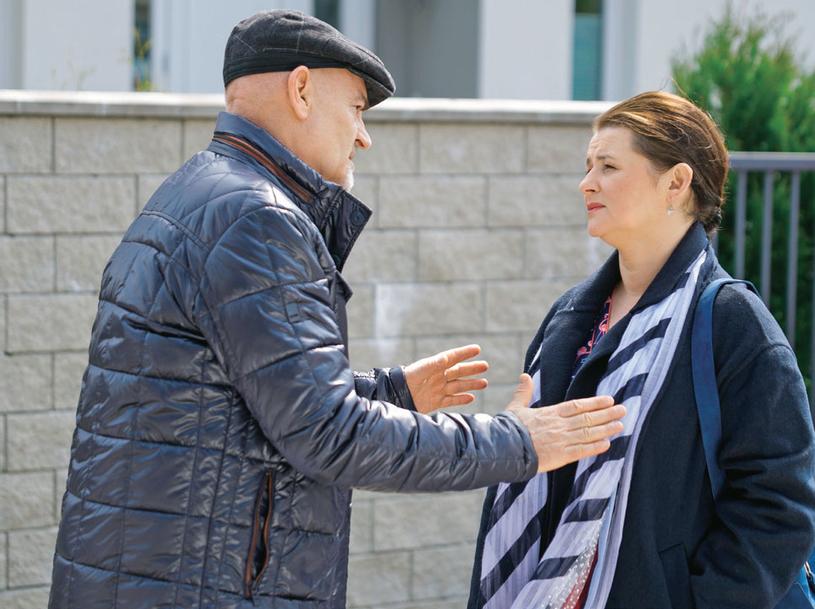 Roman ubłaga Alicję, by dała szansę jego bratu i zatrzymała go w Polsce /Świat Seriali