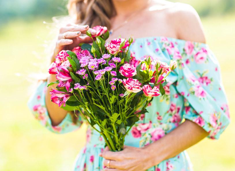 Romantyczne sukienki wracają do łask /123RF/PICSEL