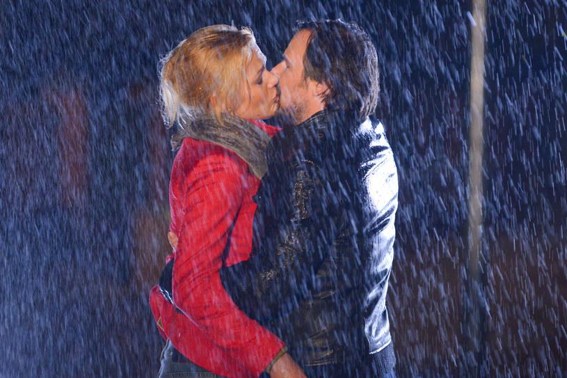 Romantyczny pocałunek z Witkiem był tylko zapowiedzią kłopotów. /Agencja W. Impact