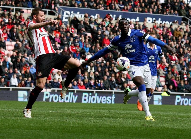 Romelu Lukaku (z prawej) chciałby kolejny sezon występować w Evertonie /AFP