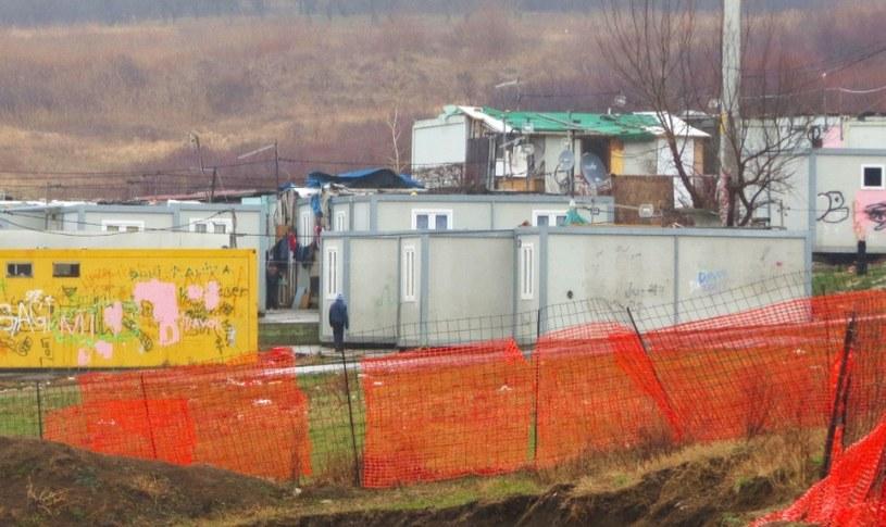 Romowie mieszkają w metalowych kontenerach. Fot: Amnesty International /