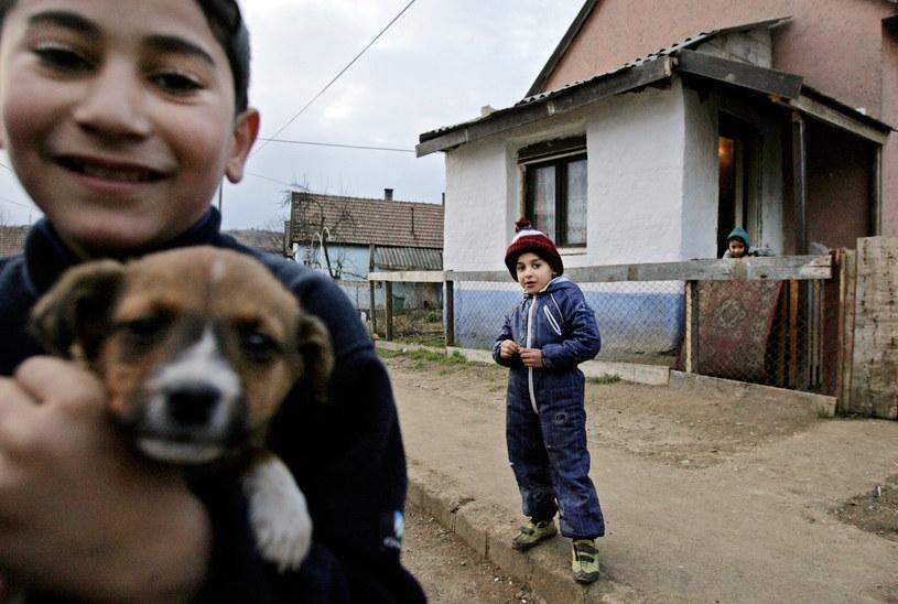 Romskie dzieci bawią się przed domem w niewielkiej węgierskiej wiosce położonej 200 km na wschód od Budapesztu. Zdjęcie z 2007 r. /ISTVAN HUSZTI /AFP