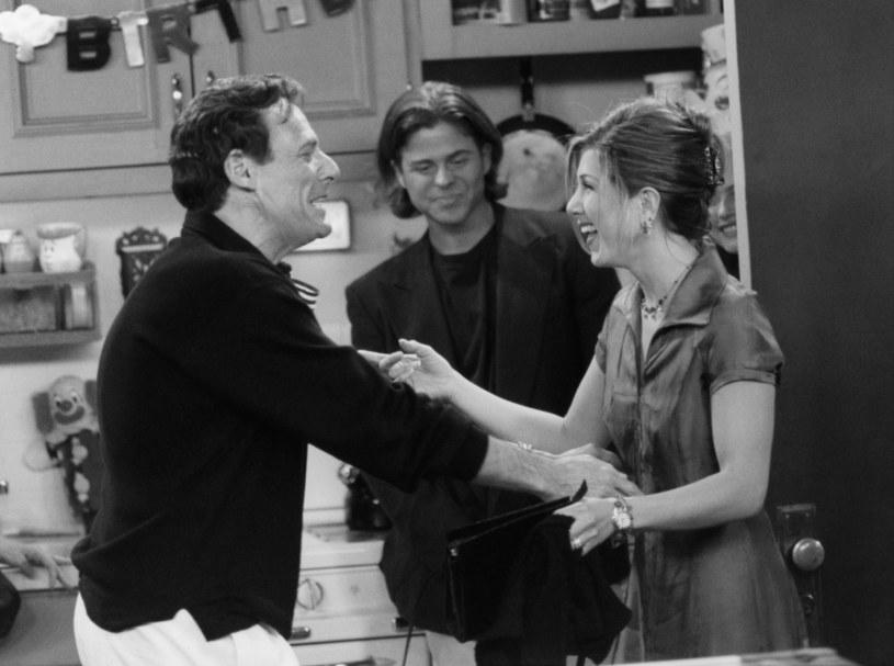 """Ron Leibman i Jennifer Aniston na planie """"Przyjaciół"""" /NBCU Photo Bank/NBCUniversal /Getty Images"""