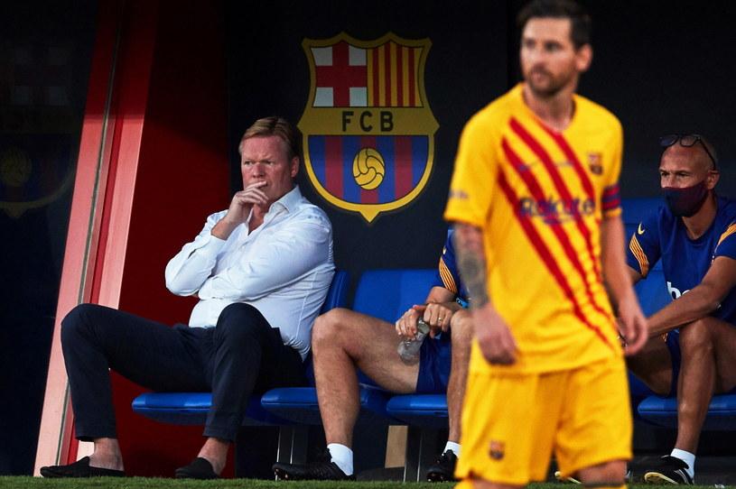 Ronald Koeman przygląda się Lionelowi Messiemu i innym graczom Barcelony /PAP/EPA