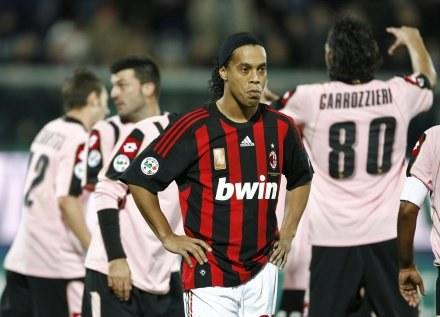 Ronaldinho po niestrzelonym karnym w meczu z Palermo /AFP