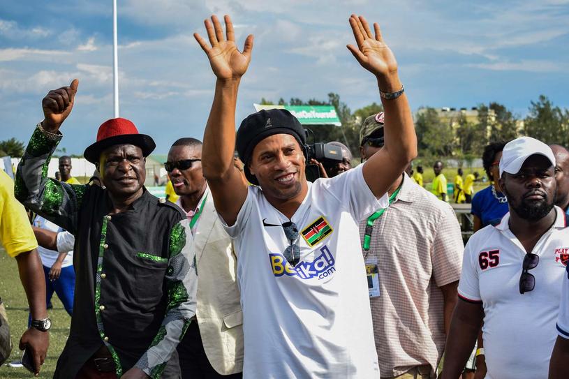 Ronaldinho podczas niedawnej wizyty w... Kenii /AFP