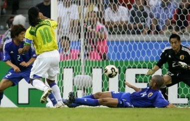 Ronaldinho strzela drugiego gola dla Brazylii /AFP