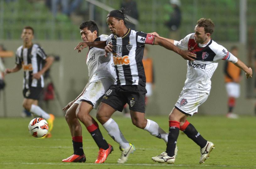 Ronaldinho ucieka obrońcom Newell's Old Boys /AFP