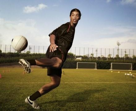Ronaldinho w stroju z kolekcji R10 /