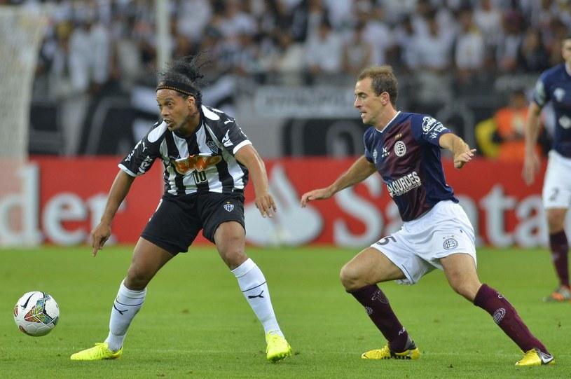Ronaldinho (z lewej) ma zamiar grać do 42 roku życia /AFP