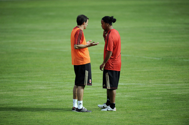 Ronaldinho (z prawej) w rozmowie z Massimilianem Allegrim /AFP