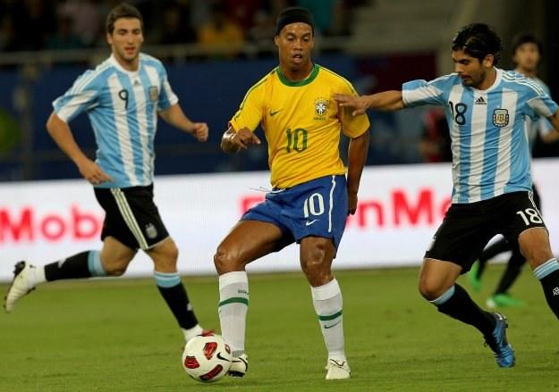Ronaldinho (żółta koszulka) podpadł trenerowi AC Milan /AFP