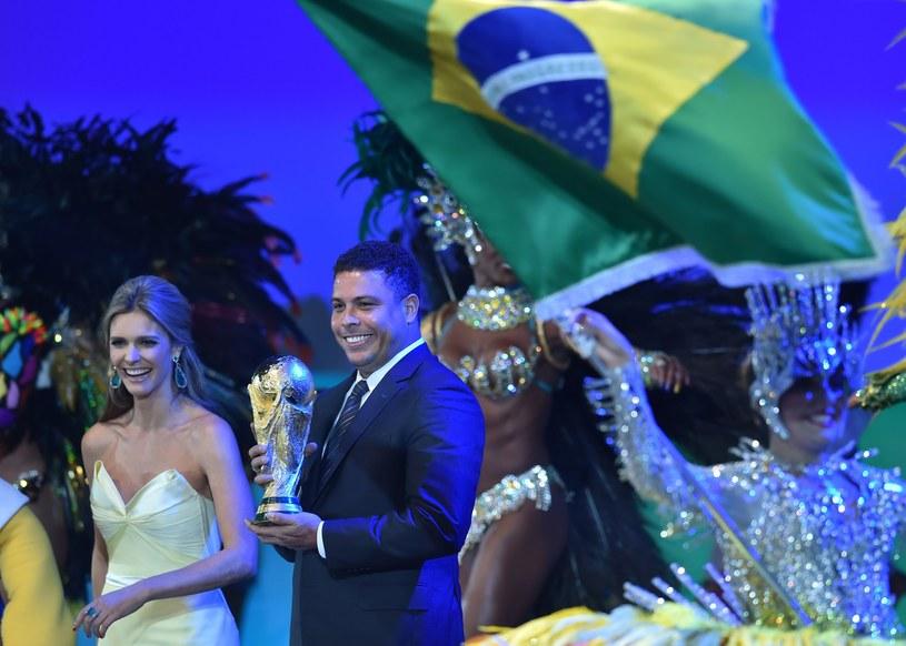 """Ronaldo I """"Lepszy"""" (według Javiera Fernandeza) i brazylijska prezenterka Fernanda Lima. /AFP"""