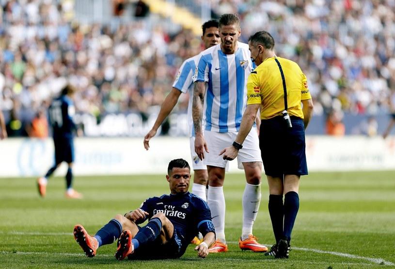 Ronaldo leży na boisku po faulu, który zdaniem arbitra kwalifikował się na podyktowanie jedenastki /PAP/EPA