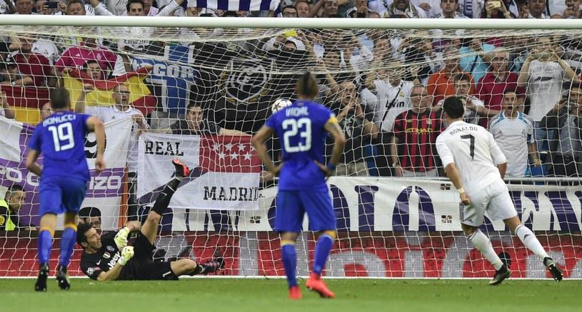 Ronaldo wykorzystuje rzut karny /AFP