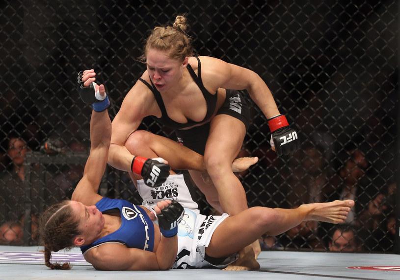Ronda Rousey (na górze) uważa, że Fallon Fox ma przewagę walcząc z kobietami /AFP
