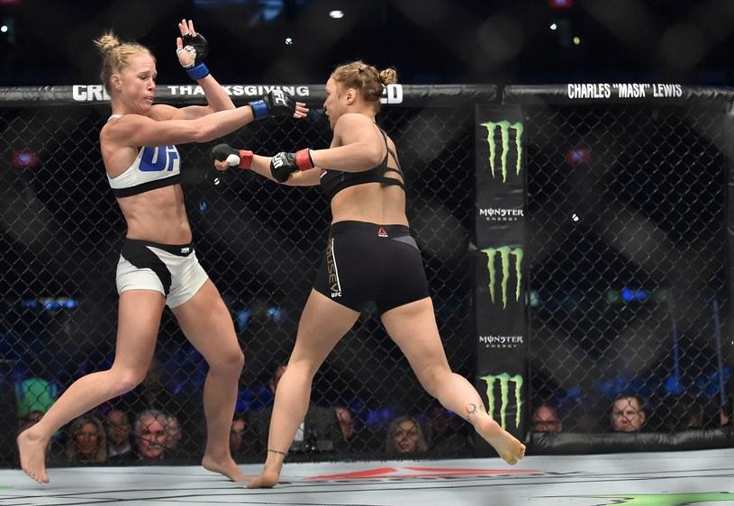 Ronda Rousey (z prawej) w walce z Holly Holm /AFP