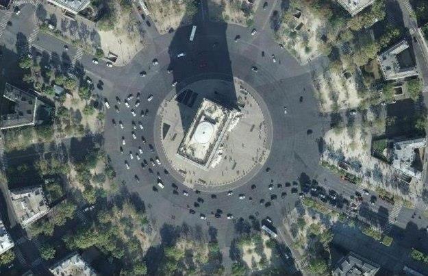 Rondo wokół Łuku Triumfalnego w Paryżu.... - 12 wlotów, 8 pasów ruchu /