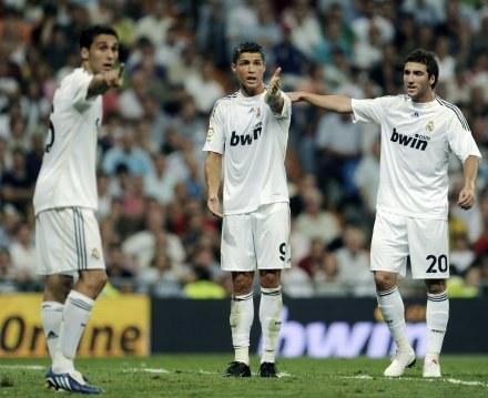 Ronlado (w środku) nie jest zadowolony ze swojej formy. /AFP