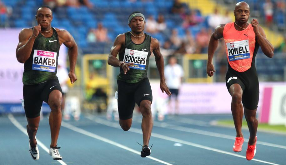 Ronnie Baker z USA (L), Mike Rodgers z USA (C) i Asafa Powell z Jamajki (P) w biegu na 100 metrów, jednej z konkurencji 9. Memoriału Kamili Skolimowskiej rozgrywanego na Stadionie Śląskim w Chorzowie / Andrzej Grygiel /PAP