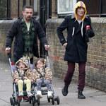 Ronnie Wood z córeczkami na spacerze. Ma opiekuna do dzieci