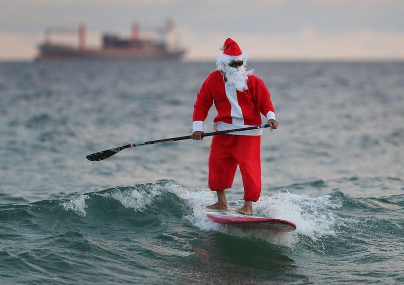 Roray Kam w stroju Świętego Mikołaja korzysta z dobrej pogody w Fort Lauderdale na Florydzie /AFP
