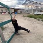 Rosja: Gubernator przyjechał na budowę szkoły. Powitał go pijany dozorca