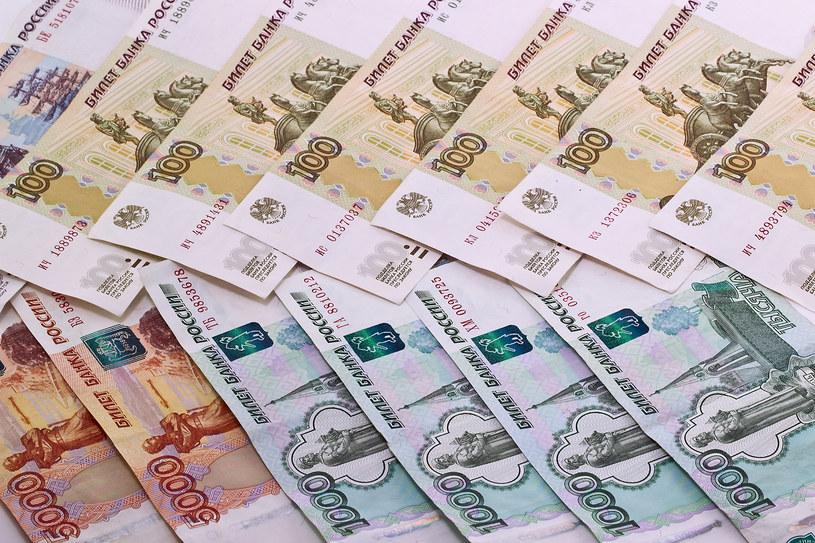 Rosja ma problemy z ceną ropy i własn a walutą /123RF/PICSEL