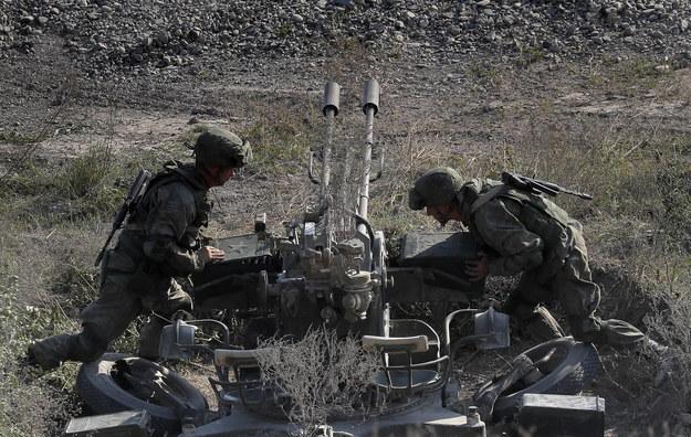 """Ruchy rosyjskich wojsk przy granicy z Ukrainą. Bruksela mówi o """"poważnym niepokoju"""""""