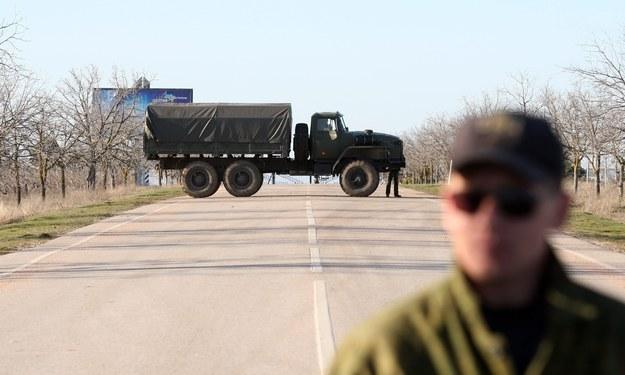 Rosjanie blokują dojazd do bazy ukraińskich sił powietrznych pod Sewastopolem /ZURAB KURTSIKIDZE /PAP/EPA